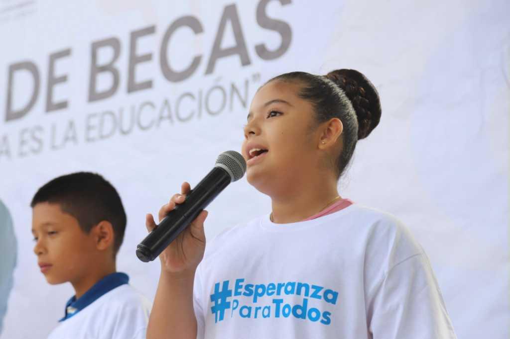 300 Niños De Bahía De Banderas Reciben Becas Del DIF