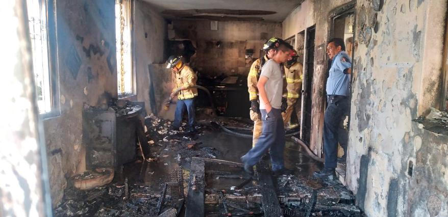 FOTOS: Rescata Bomberos de Nayarit a mujer durante feroz incendio en vivienda en Tepic